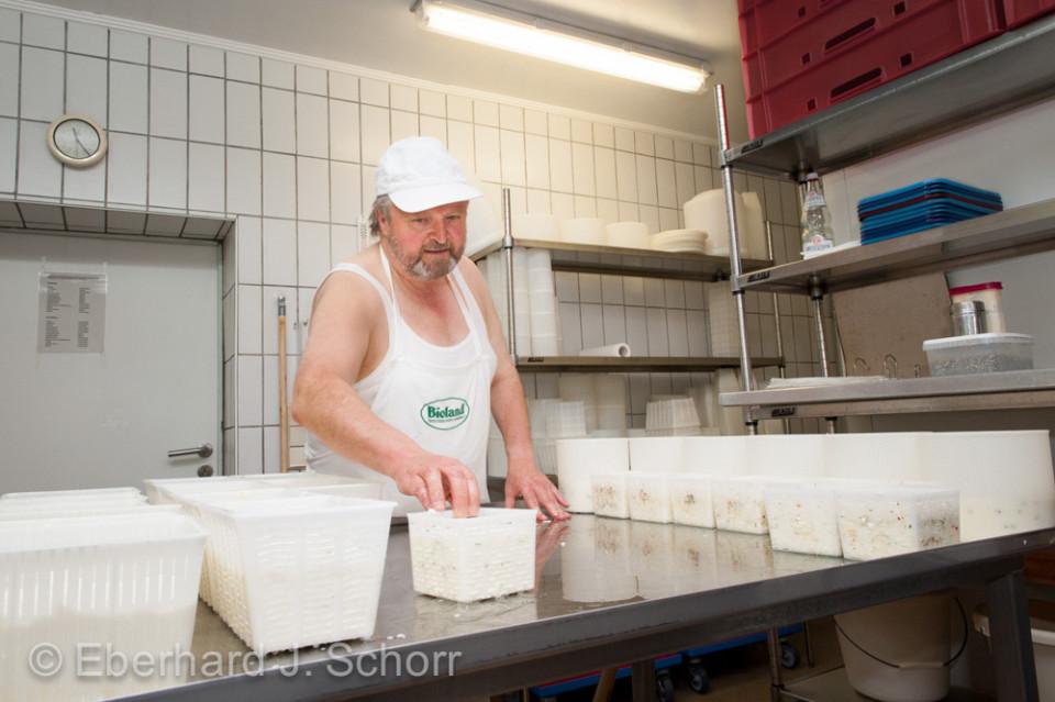 Biobauer Hans Klischewski in der Käserei
