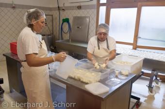 Mozzarella Herstellung – Foto Eberhard J. Schorr