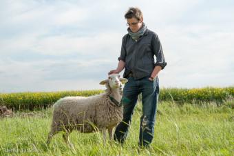 Schäferin bei ihrem Schaf