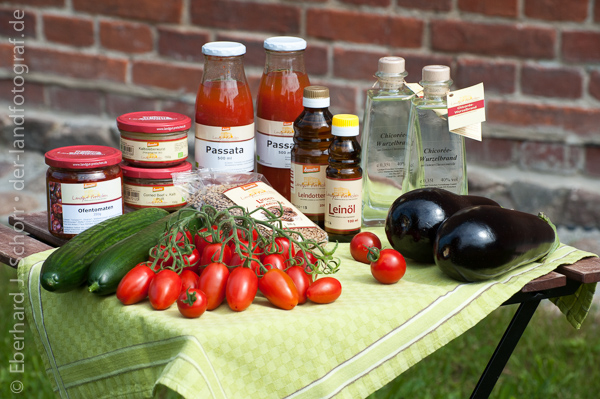 Biolebensmittel wie Tomaten, Pflanzenöle auf einem Tisch angeordnet
