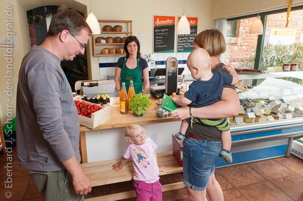 Junge Familie kaufen in einem Bioladen ein, Landgut Pretschen