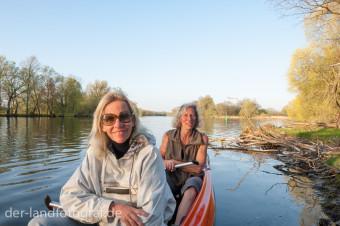 Zwei Frauen in einem Kanu auf der Havel