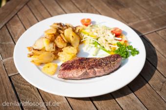 Ein Stück mageres Straußenfleisch auf einem Teller angerichtet
