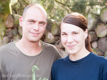 Portrait von den Züchtern der Strauße Enrico und Nicole Dams