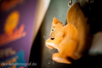 Ein Schlüsselanhänger aus Holz in Form eines Eichhörnchens