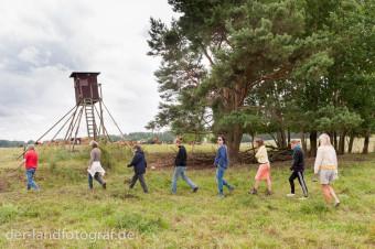 Die Gruppe bewegt sich im Zick-Zack-Kurs auf die Herde zu
