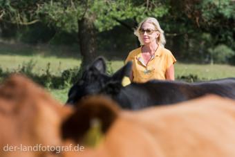 Eine Teilnehmerin treibt die Kühe an nur über ihre Präsenz und ihre Körpersprache, ganz ohne Lärm