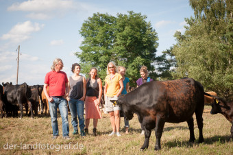 Ein Gruppenfoto mit Teilnehmern, dem Biobauern Wilhelm Schäkel