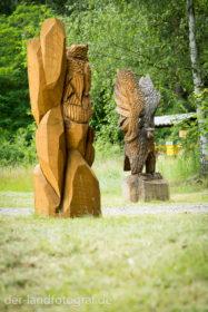 Große Holzskulpturen in Form von Greifvöglen schmücken den Eingang