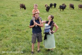 Famile Hradetzky bei ihren Kühen