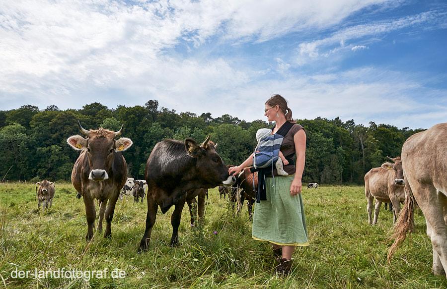 Bäuerin Anja bei ihren Kühen