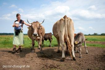 Biobäuerin Anja Hradetzky steht bei den Ammenkühen