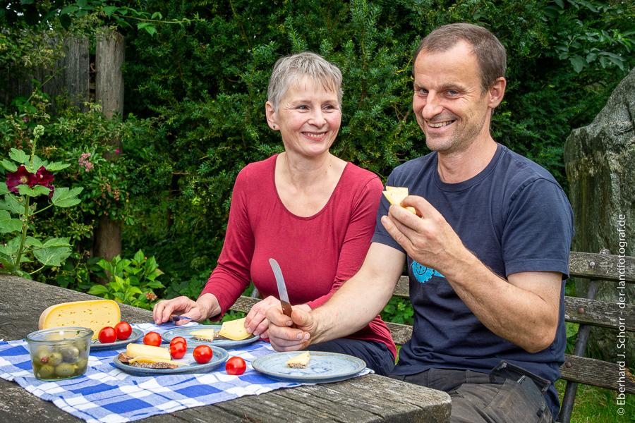 Die Biobauern Gaby Fiebig und Ture Gustavs vom Demeter Hof Zandershagen bei der Brotzeit