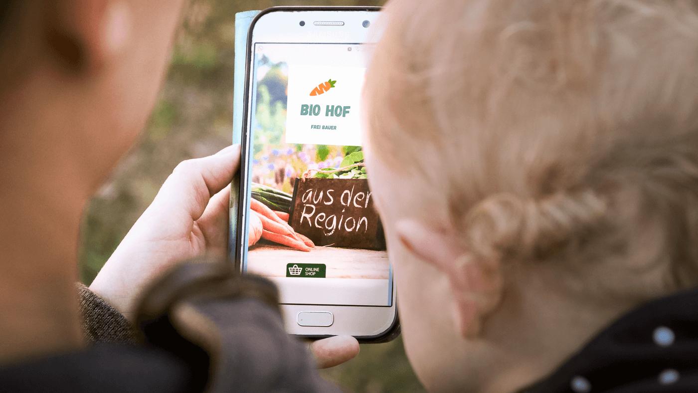 Blick auf ein Handy mit der Startseite eines Bio-Bauernhofes